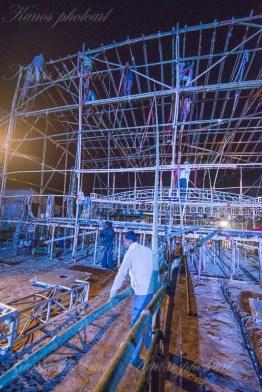 Scenen byggs i bambu kvällen innan konserten