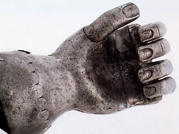 Esta mão de metal foi feita para Gottfried von Berlichingen (c. 1480-1562). Tinha articulações que permitiam seu dono a segurar qualquer objeto, até mesmo escrever com uma pena!