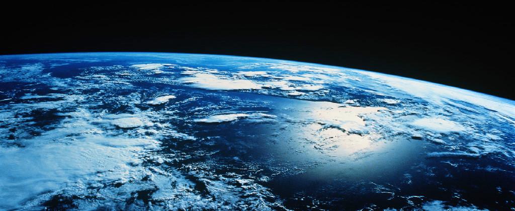 Achei que ainda estava muito vazio, então peguei essa imagem da Terra para compor a imagem.