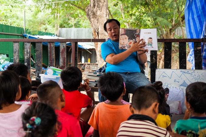 Lecture d'un livre aux enfants
