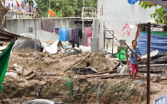 """Les constructeurs ont mise à contribution par le manager qui les embauches pour """"l'amélioration"""" du camp. Pendant que tous sont au travail sur les chantiers de construction, quelques un des employés travaillent sur le camp."""