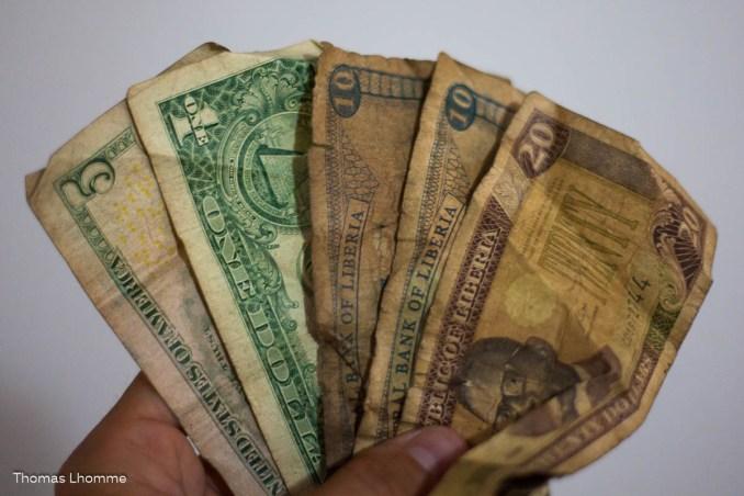 A gauche, monnaie américaine ($US), à droite, monnaie Liberienne ($Lib), l'équivalent des centimes.
