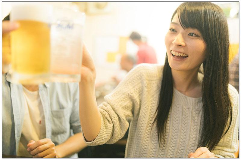 日本居酒屋乾杯動作