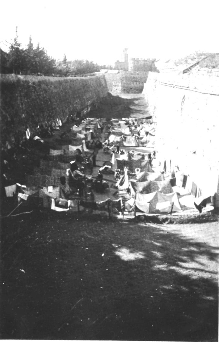 Ο τόπος συγκέντρωσης των Ελλήνων κρατούμενων  στηνΜεσαιωνική Τάφρο (φωτογραφία αρχείο Βρατσάλη)