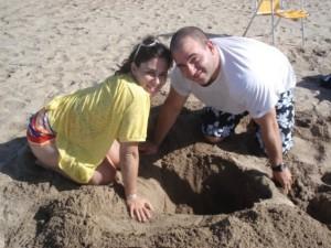 con Mari jugando en la arena :D