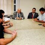 Sec_Paulo_de_Tarso_recebe_estudantes_acampados_em_frente_a_governadoria_-_Elisa_Elsie