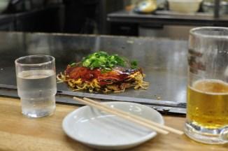 Okonomiyaki - podano do stołu