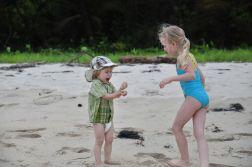 Zabawy na wyspie ZapatillaOliwia na bezludnej wyspie Zapatilla