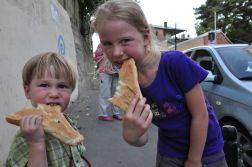 Dzieciaki zajadają przepyszny gruzinski chleb w Tbilisi