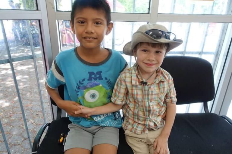 Kacper daje traktor młodemu Meksykaninowi