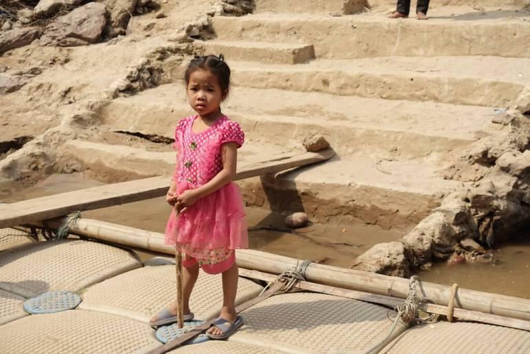 Mała dziewczynka ze wsi nad rzeką Mekong