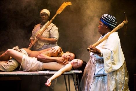 Bongile Mantsai, Hilda Cronje, Thoko Ntshing en Nofirst in Mies Julie. Foto deur Murdo MacLeod