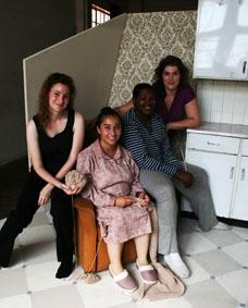 Die Pruttel-span. Van links is Jayne Batzofin (regisseur en ontwerp), Nieke Lombard (in Tannie van der Wat se rol),   Luvuyo Mabuta (in die Meals on Wheels-vrywilliger se rol), Ana Lemmer (HUB) Foto: Celeste Vlok