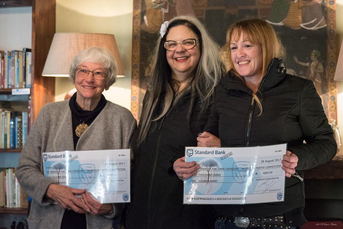 Verlede jaar se wenners in volwasse kategorie (die eerste prys is gedeel) Van links na regs: wenner Elsie Maxwelltown, Leila Witkin, die prysgeld borg, en wenner Janine Milne.