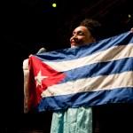 Omara Portuondo e bandeira de Cuba