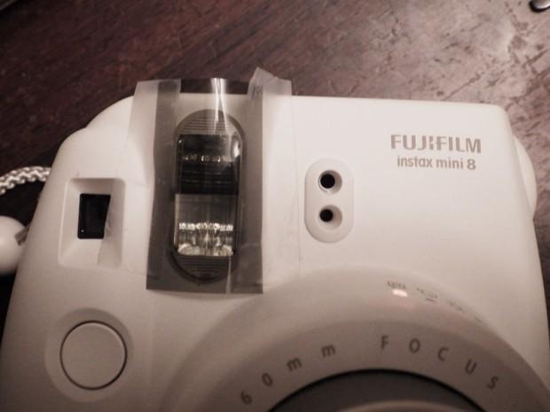 um filtro ND-1 na frente do flash para fotos a menos de 1m.