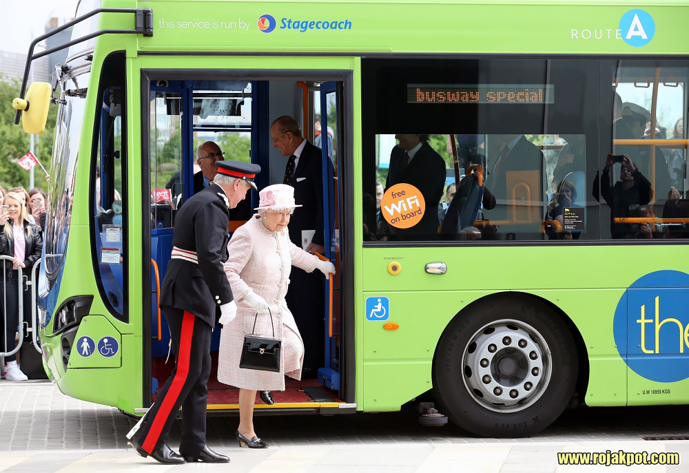 Queen Elizabeth and the Duke of Edinburgh arrives by guided bus at the Medical Research Council, Cambridge. Chris Radburn/PA Wire