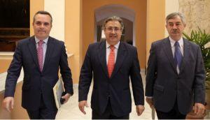 Zoido junto a los dos delegados de Movilidad de su mandato: Juan Bueno (izqda) y Demetrio Cabello (dcha)