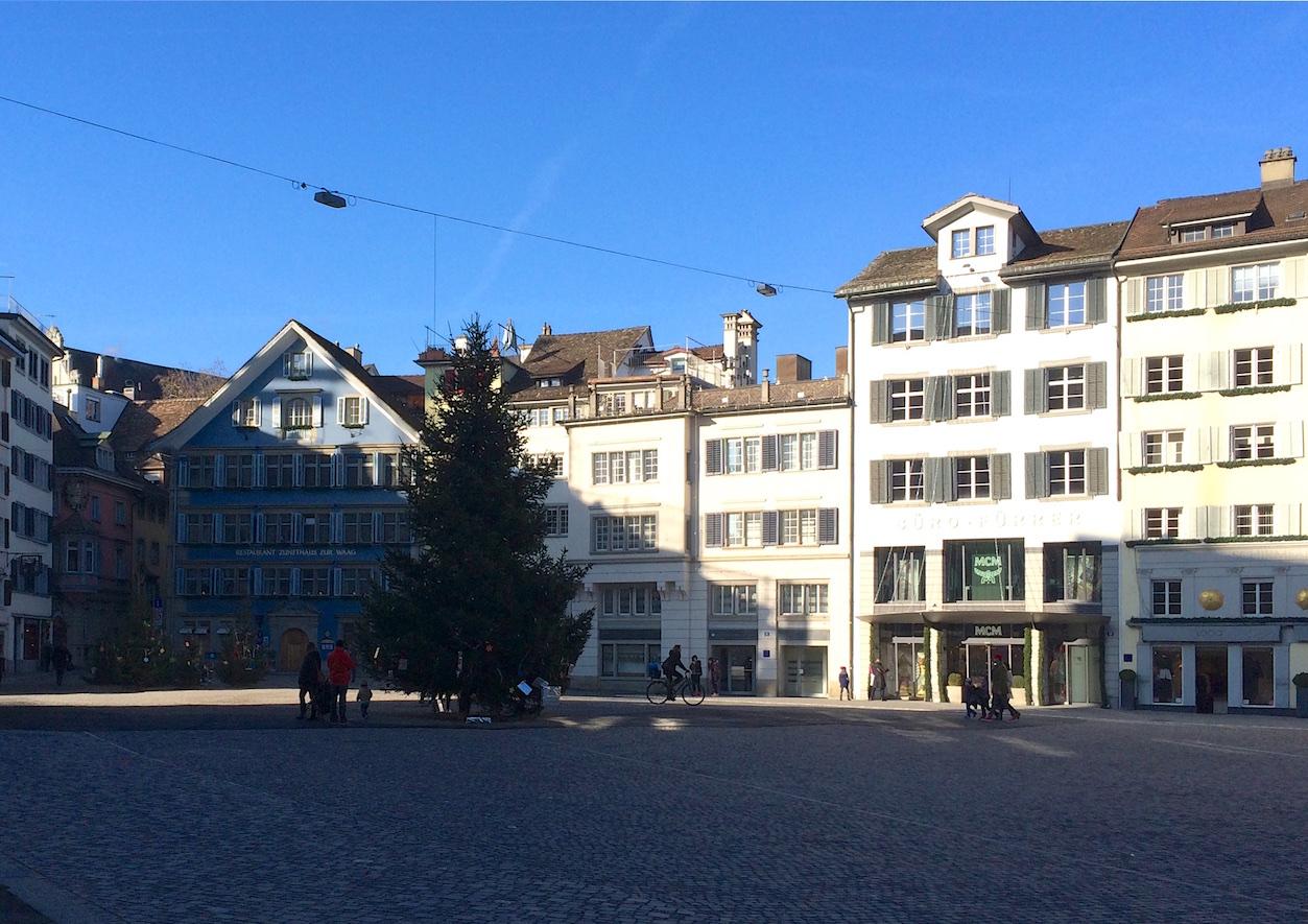 Zurich, Münsterplatz, North side, Zunfthaus zur Waag, 2015-12-20, noon