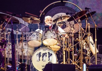 See Mick Fleetwood Honor Peter Green With David Gilmour, Steven Tyler, Neil Finn