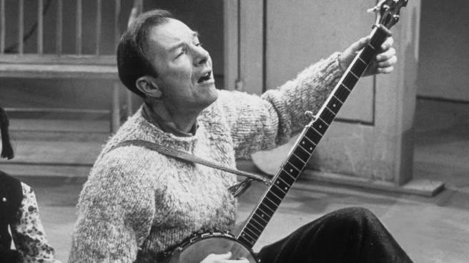 Pete Seeger zelebriert einen seiner Songs (1965)