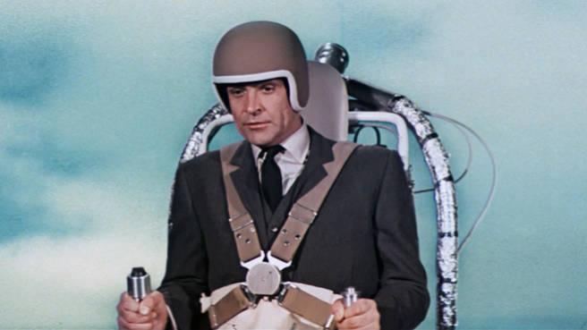 """Ist es ein Flugzeug? Ist es ein Ufo? Nein, mit dem Jetpack aus """"Feuerball"""" von 1965 können Geheimagenten das Fliegen lernen. Den Raketengürtel benutzt Bond, um seinem Verfolger Jaques Bouvar zu entfliehen."""