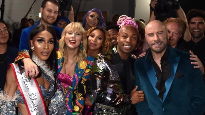 John Travolta, Taylor Swift und eine Gruppe Dragqueens bei den VMAs 2019