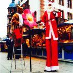 Weihnachtsmann auf Stelzen