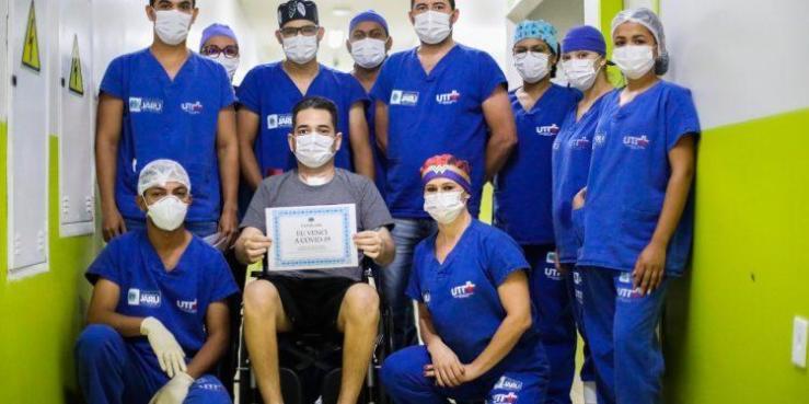 Paciente que teve 100% do pulmão comprometido após complicações da Covid-19 recebe alta depois 22 dias em tratamento