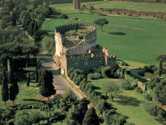 tomba di Cecilia Metella lungo la via Appia Antica