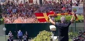 Roma, Mourinho arrivato a Trigoria: lo Special One ha salutato i tifosi presenti