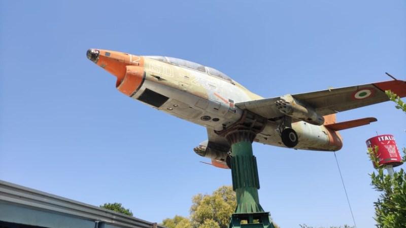 Un aereo militare accanto al Grande Raccordo Anulare che cambia direzione con il vento