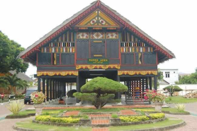 Tampilan Rumah Adat Aceh Dari Depan