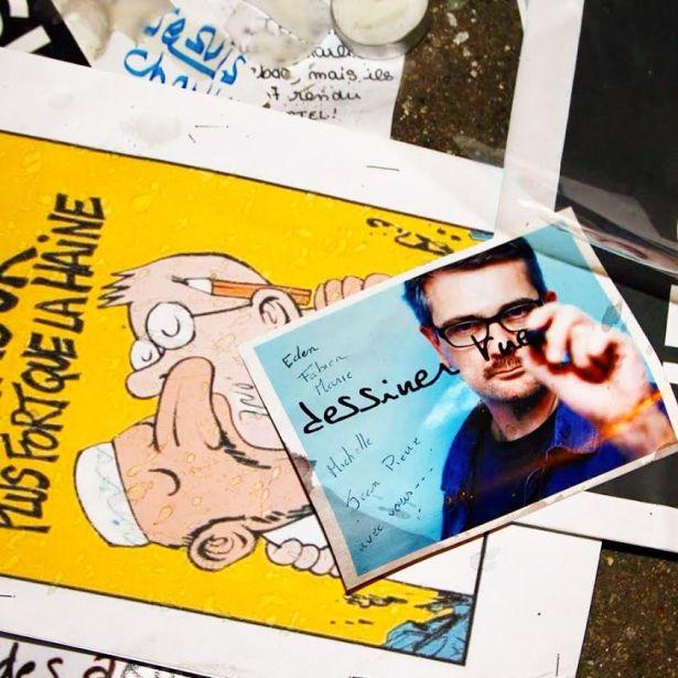 Dessins déposés en hommage devant les locaux du Journal Charlie Hebdo Paris,  après le 7 janvier. Photo Mitra Etemad pour romainparis.fr - Tous droits réservés.
