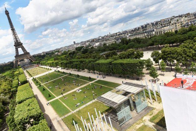 Perrier saut depuis la Tour Eiffel 800 mètres de vol