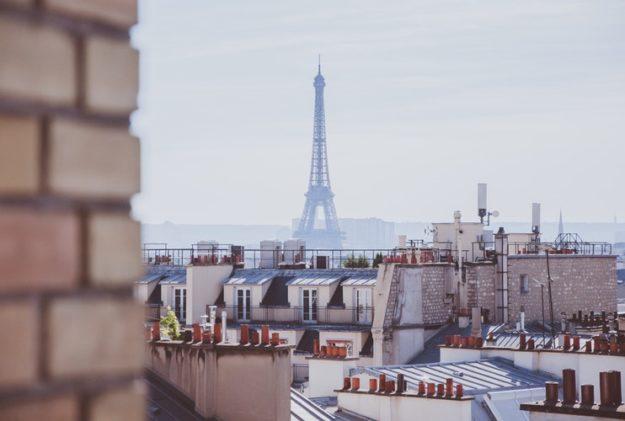 Toits de Paris vue sur la Tour Eiffel Photo Paul Dufour
