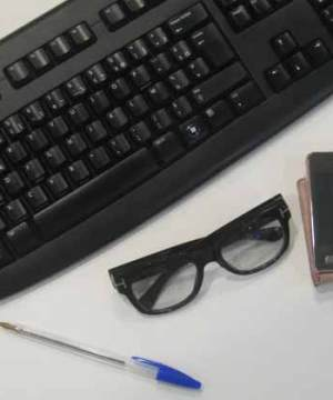 telephone clavier crayon lunettes microbes et virus, mains propres