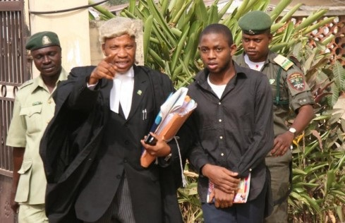 Nigerial Dating Scammers Caught - Olaniyi Makinde Victor (right), with his lawyer, A.A. Adetunji (left)