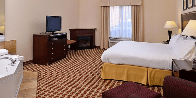 Room with jacuzzi and fireplace in Holiday Inn Express White Haven