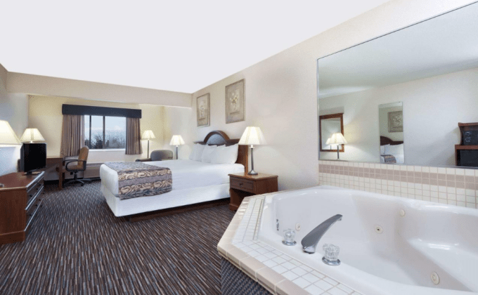 A room with Jacuzzi in Baymont by Wyndham Columbus Rickenbacker
