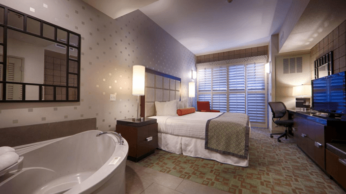 A room with hot tub in Best Western Plus Sundial in Scottsdale, Phoenix
