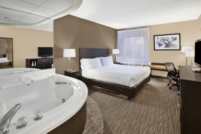 Room with Jacuzzi in Holiday Inn Express Detroit-Warren