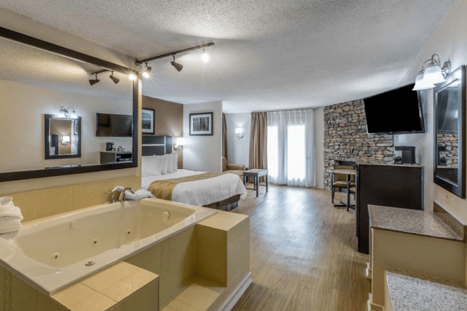 Hotel room with Jacuzzi and Fireplace in Quality Inn and Suites Gatlinburg
