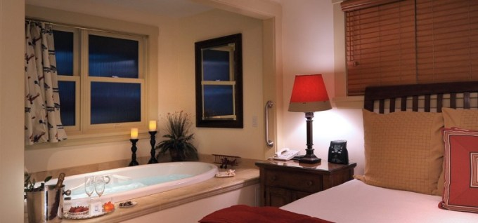 Jacuzzi room in 1906 Lodge San Diego