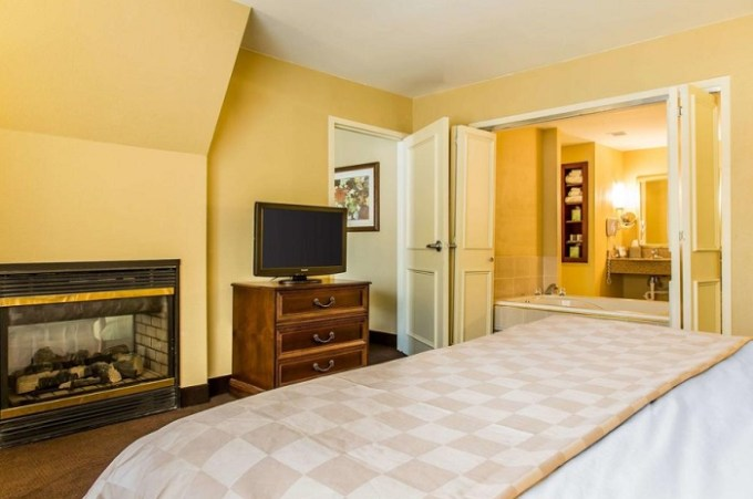 A room with fireplace and Jacuzzi in Clarion Hotel & Suites Hamden - New Haven, CT