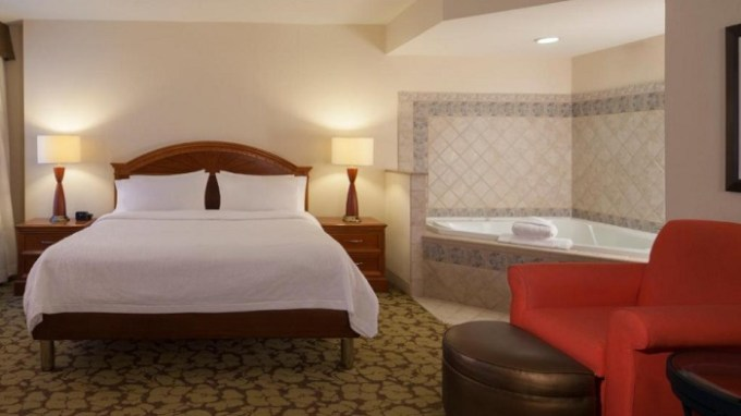 King room with Whirlpool in Hilton Garden Inn Virginia Beach Town Center Hotel