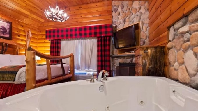 Jacuzzi suite in Best Western Merry Manor Inn, South Portland, Maine