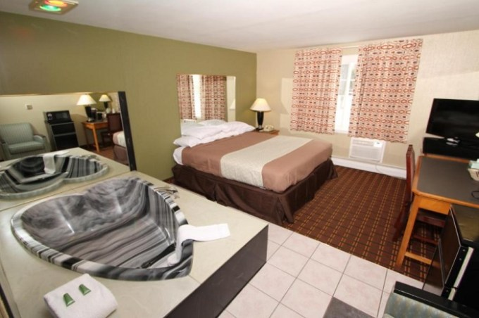 Room with Jacuzzi in Budget Inn Syracuse Airport Cicero, NY