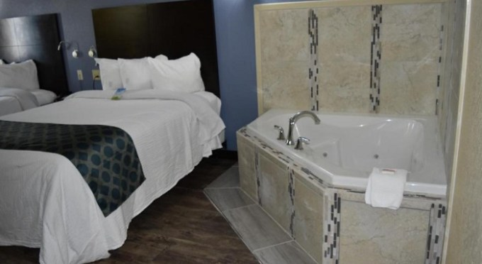 Suite with a hot tub in Days Inn by Wyndham New Orleans Pontchartrain Hotel