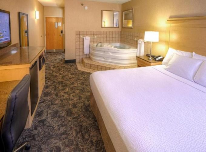 Whirlpool Suite in LivINN Hotel Cincinnati North - Sharonville hotel, OH